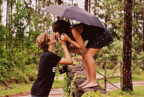 趁着年轻,多说些浪漫的话,多做些幼稚的事,不要因为怕别人笑话,而错过了生命中最美好的片段和场合。