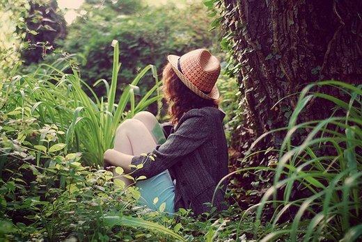 很多时候,我们说放下了,其实并没有真的放下,我们只是假装很幸福,然后在寂静的角落里孤独地抚摸伤痕。