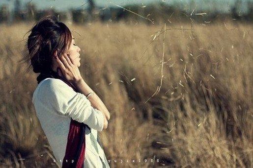 微笑就像创可贴。  虽然掩饰住了伤口,  但是心痛依然。