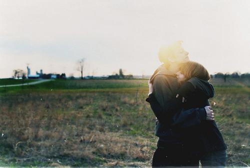 明明一段年华早已走过,而我的目光,却始终在你经过的地方定格,你模糊的笑容时常握紧我的揪心。