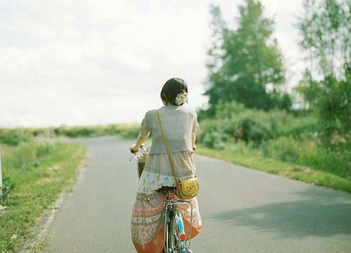 以前笑有你在,现在笑却没有你,所以再怎么笑也不出以前的甜美。