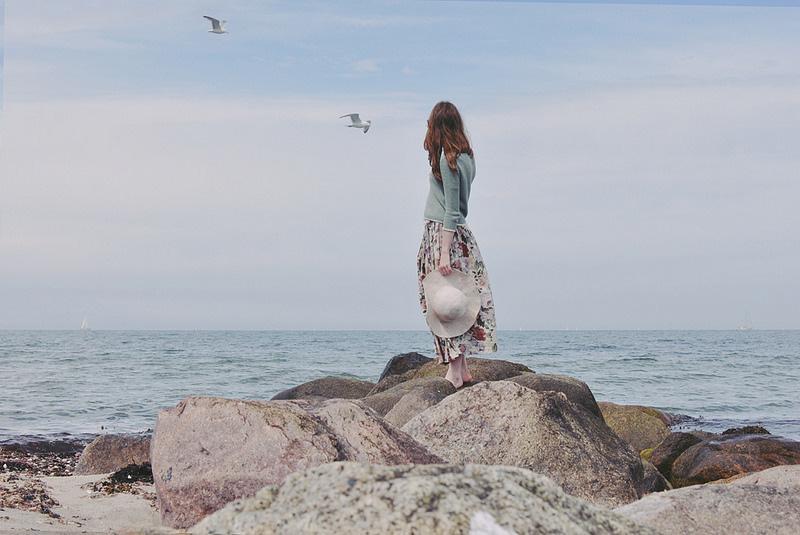 岁月无声,却远去了你我。只留得各自天涯,相顾两无言;只留得容颜在岁月里渐渐憔悴;只留得痴心在思念里沧海桑田。