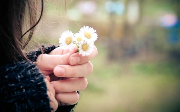 当有一天,你再也不惧怕需要一个人捱过的孤独,不再恐慌必须一个人走过的路途,你就会不断地与美好和幸运不期而遇。